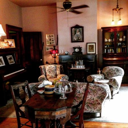 The Magnolia Plantation Bed and Breakfast Inn: Living room