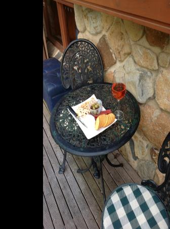 Forget Me Not Cottages: Wine n nibbles on the porch