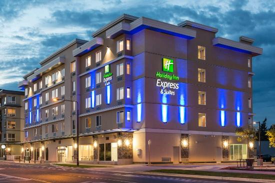 ‪Holiday Inn Express &