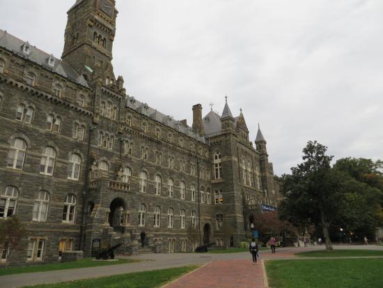 Georgetown University: 後者の建物の前には大砲がある