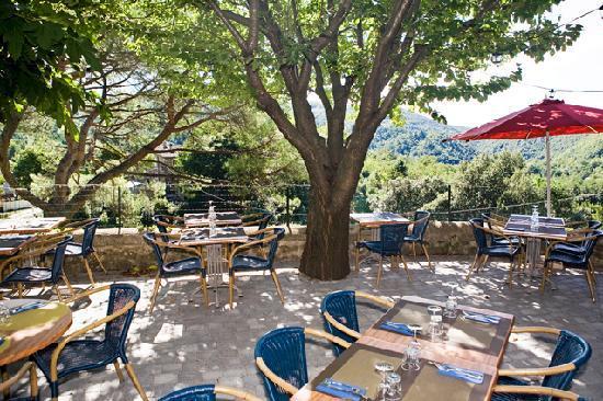 Une terrasse surplombant un decor luxuriant - Picture of Auberge de ...