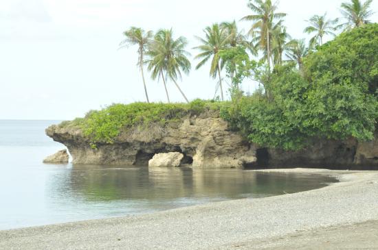 Kuting Reef: Beach view looking west