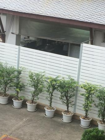 Rayaburi Hotel Patong: vue de la chambre sur les cuisines