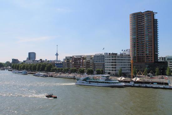 Maritime Hotel Rotterdam: Наш отель (вид с моста)