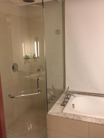 Liaoning International Hotel: シャワーブースとバスタブ