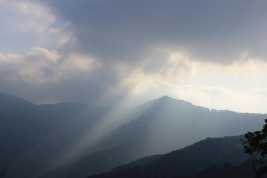 Jiaohe, Kina: Light and clouds in the mountains.