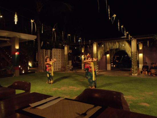 Bali Niksoma Boutique Beach Resort: The hotel layed on some traditional dance shows