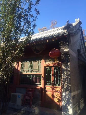 Fly by Knight Courtyard Beijing: 夜奔隨拍