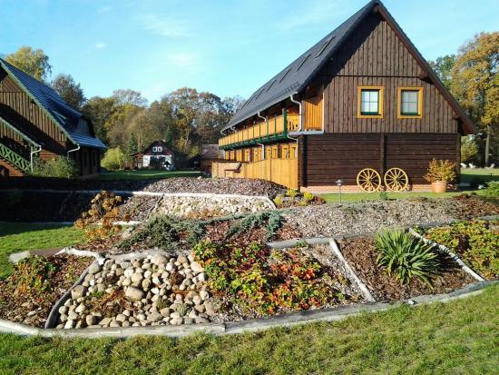 Seehotel Burg im Spreewald: Saunagarten und Gästehäuser