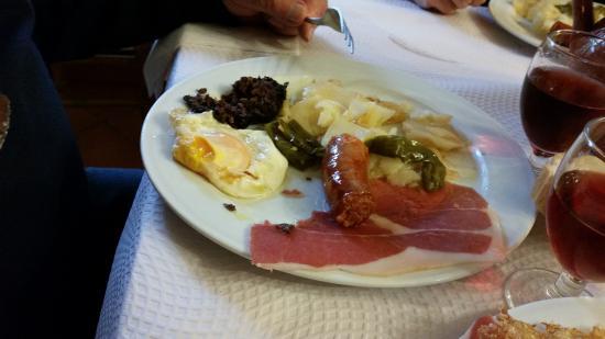 Meson Poqueira: ce plat typique comprend : jamon, morcilla, longanisa, uevo frito, patatas bravas