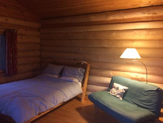 Rose Valley Lodge & Restaurant: Cabin interior. Feather duvet and pillows.
