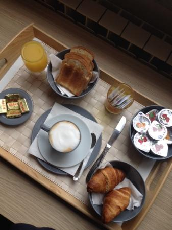 B&B In and Out Rome: The breakfast tray that was delivered to my room every morning!