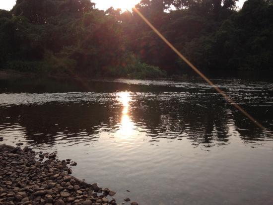 ComSaed River Kwai Resort : มีวิวน่าถ่ายรูปแค่ตรงที่นั่งริมน้ำ