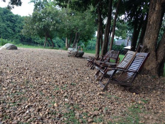 ComSaed River Kwai Resort : มีที่นั่งเล่น