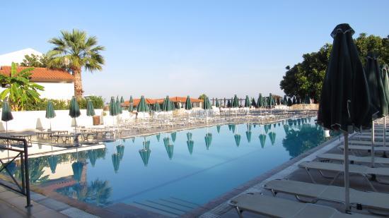 Aegean View Aqua Resort: Het hoofd zwembad, met de poolbar