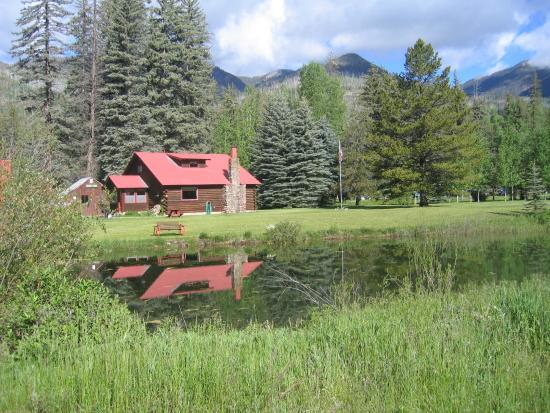 Eagle's Nest Cabins & Homes: Cozy Log