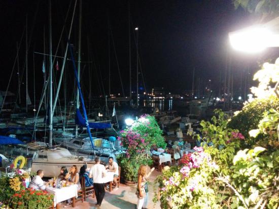 Sivota, Grecia: Baia di Syvota dal secondo piano del ristorante