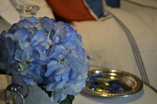 Skaneateles, Нью-Йорк: Fresh flowers and mints bedside