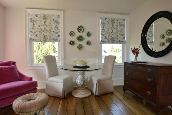 Skaneateles, estado de Nueva York: MacKenzie Childs table in Barrow suite