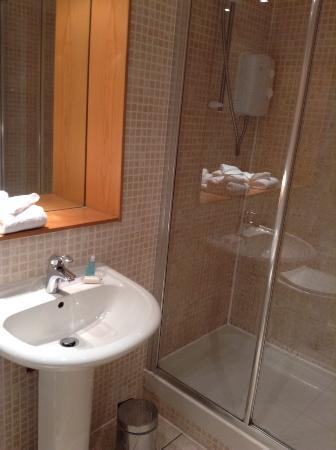 Glasgow Loft Apartments: En suite bathroom