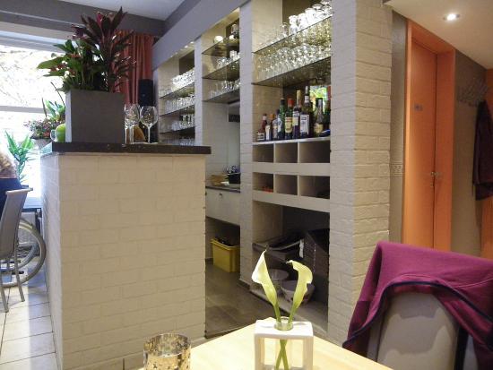 La Ville de Bruges : vue du bar, avec le passe-plats au centre