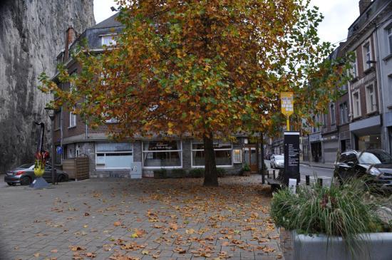 La Ville de Bruges : le restaurant à l'arrière-plan, entre le rocher et la rue A.Sax