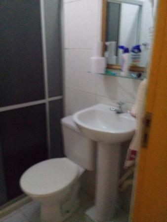 Pousada Caminho de Pedras: banheiro do apartamento