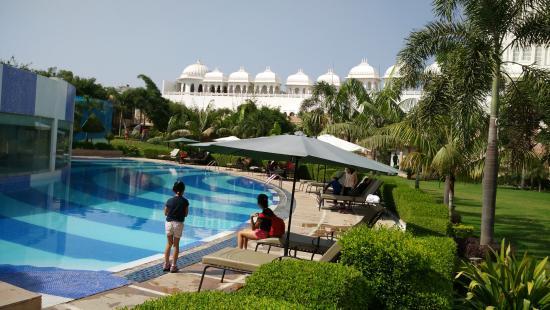 Radisson Blu Udaipur Palace Resort & Spa: Pool & surrounding Green Area