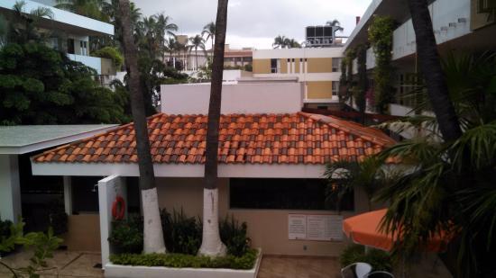 Azteca Inn: Vista hacia el bar desde la habitacion