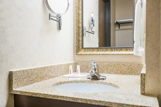 Baymont Inn and Suites: Vanity