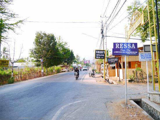 Ressa Homestay: 大通りからの看板