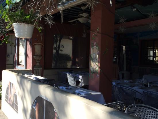 Murphys Grille : Beautiful covered outdoor dining