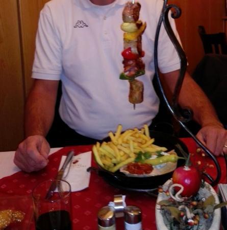 Gasthof Steirerhof: Spiedone di maiale e verdure con patate fritte e salse