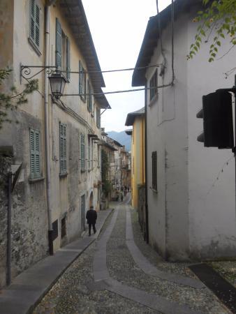 Gelateria Arte Del Gelato: Uma das ruas estreitinhas de Orta. Linda!!!