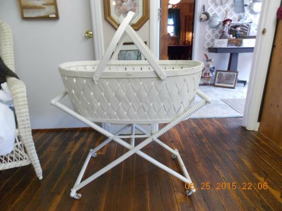Wagon Wheel Antiques: Late 1940's Baby Bassinet/Basket - Late 1940's Baby Bassinet/Basket - Picture Of Wagon Wheel Antiques