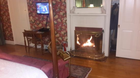 The Inn at Ormsby Hill: Fireplace burning real wood