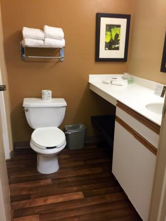 Extended Stay America - Washington, D.C. - Tysons Corner: The very clean bathroom
