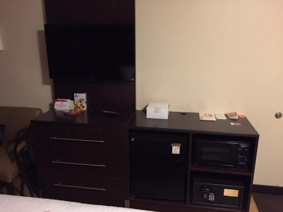 Red Roof PLUS+ Pittsburgh South Airport: TV, Fridge, Microwave, Safe and 3 large drawers