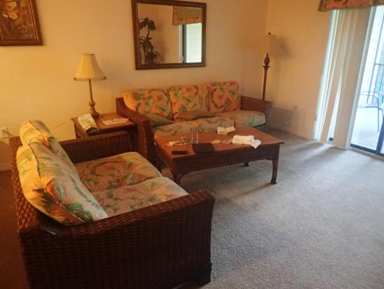 Caribe Cove Resort Orlando: Ugly and uncomfortable furniture in living area