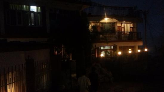 8 Auspicious Him View Hotel: Looks great at night!