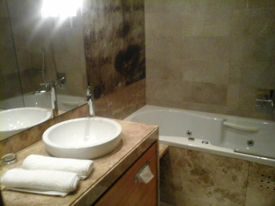 Hotel Balnea Superior: bathroom with whirlpool tub