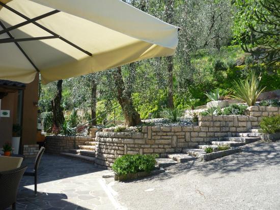 Residence Hotel Maxi: Tavolini lato monte