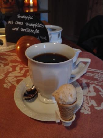 Bad Gandersheim, Alemania: Statt Keks gibt es ein Mini-Eis zum Kaffee