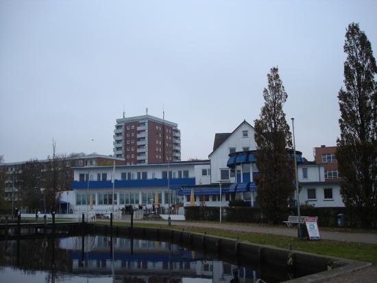 Hotel Strandhalle: Hotellet fra havnen