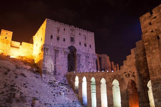 Алеппо, Сирия: Главный вход с ночной подсветкой
