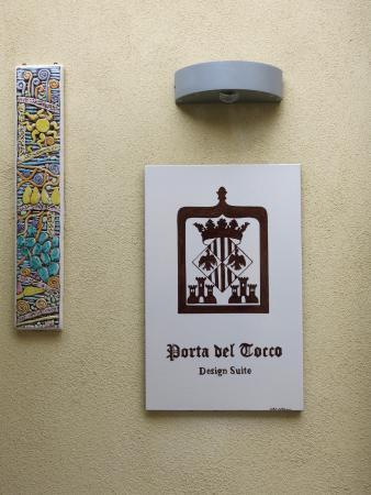 Porta del Tocco Design Suites: Вывеска