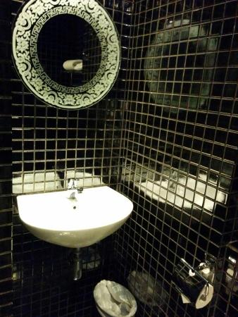 The Porcelain Hotel: バスルーム