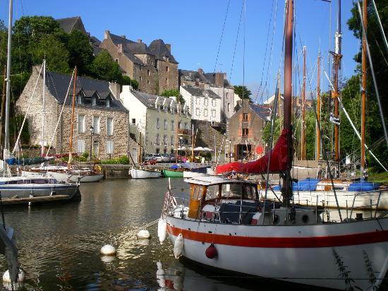Zone Du Petit Port Avec Restaurant Sur Le Quai Photo De Rocher De
