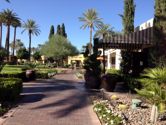 Litchfield Park, AZ: Unassuming main entrance to the lobby