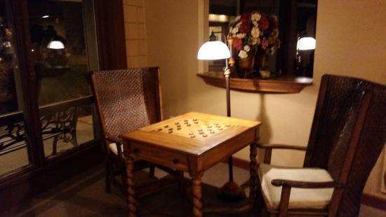 เซนต์แคลร์, มิสซูรี่: Hotel lobby decor checkers board